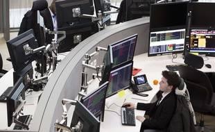 Des analystes d'Euronext à la Défense, près de Paris.