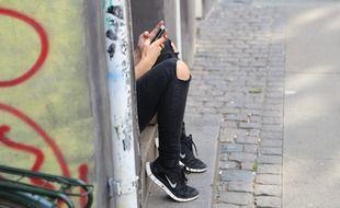 Une jeune femme assise (image d'illustration)