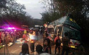 Au moins quinze personnes, dont treize enfants partant en voyage scolaire, ont été tuées et plus de trente blessées dans un accident de car vendredi matin dans l'est de la Thaïlande.