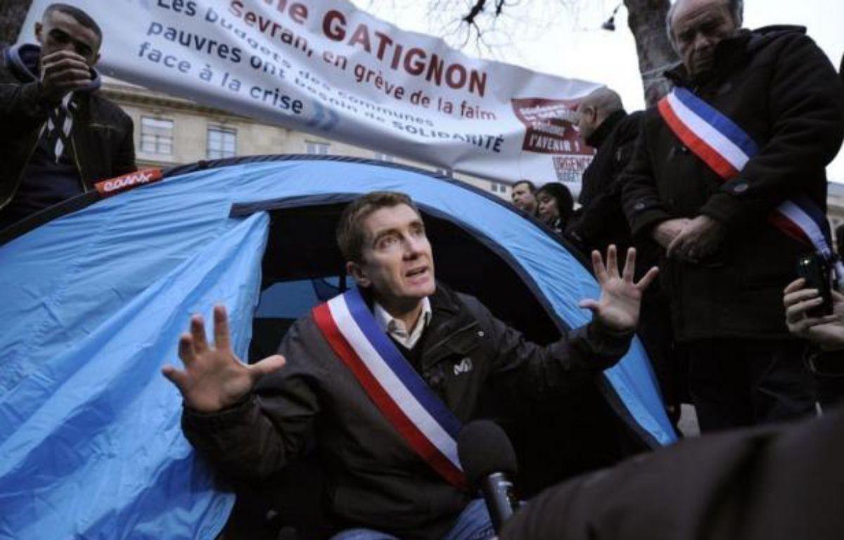 """Manuel Valls est allé samedi matin rencontrer le maire EELV de Sevran Stéphane Gatignon, en grève de la faim devant l'Assemblée nationale pour demander l'aide de l'Etat pour les communes en difficulté financière, un """"combat courageux"""" selon le ministre de l'Intérieur. – Bertrand Guay afp.com"""