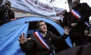 """Manuel Valls est allé samedi matin rencontrer le maire EELV de Sevran Stéphane Gatignon, en grève de la faim devant l'Assemblée nationale pour demander l'aide de l'Etat pour les communes en difficulté financière, un """"combat courageux"""" selon le ministre de l'Intérieur."""