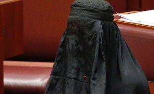 La sénatrice d'extrême droite Pauline Hanson s'est rendue au Sénat australien vêtue d'une burqa, le mercredi 16 août 2017.