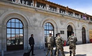 Des militaires patrouillant devant la gare Saint-Charles le samedi 19 mai.