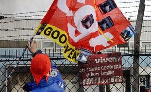 Un employé de l'usine Goodyear à Amiens, le 5 décembre 2013