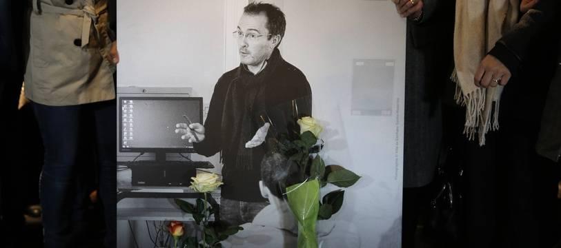 Une photo du professeur décapité Samuel Paty lors d'un hommage à Conflans-Sainte-Honorine, le 20 octobre 2020.