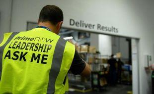 Un employé du service de livraison express à domicile d'Amazon, à Paris, le 9 juin 2016  -