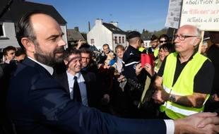Le Premier ministre Edouard Philippe interpellé par un retraité «gilet jaune» lors d'un déplacement dans le Finistère, le 15 février 2019.