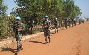 Des Casques Bleus indiens patrouillent sur une route près de Juba, au Soudan du Sud, le 20 décembre 2013.