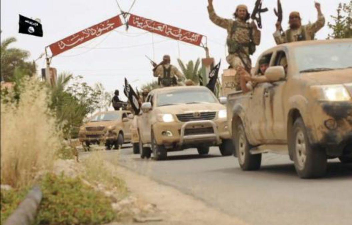 Image tirée d'une vidéo diffusée par le média jihadiste Welayat Homs le 4 juillet 2015 affirmant montrer des militants du groupe Etat islamique quittant la prison de Tadmur – - WELAYAT HOMS