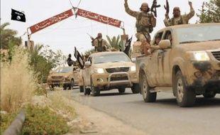 Image tirée d'une vidéo diffusée par le média jihadiste Welayat Homs le 4 juillet 2015 affirmant montrer des militants du groupe Etat islamique quittant la prison de Tadmur