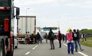 Des migrants tentent de monter dans des camions en partance pour la Grande-Bretagne (illustration).