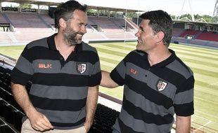Ugo Mola, le nouvel entraîneur principal du Stade Toulousain, et Fabien Pelous, nouveau directeur sportif du club, au stade Ernest-Wallon de Toulouse, le 22 juin 2015.