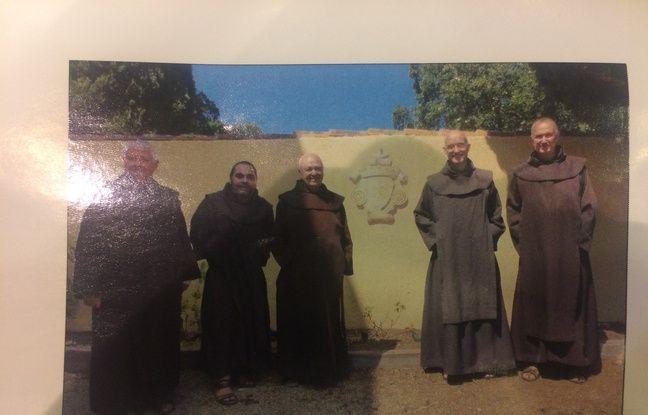 Une photo des moines sur un fascicule. On peut constater la ressemblance entre le deuxième moine en partant de la droite avec Xavier Dupont de Ligonnès.