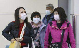 Des passagers en provenance de Chine arrivent à l'aéroport de Fukuoka, au Japon, le 24 janvier.