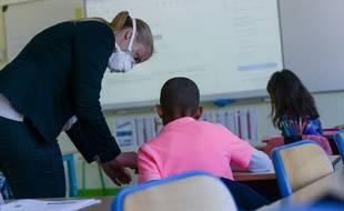 Illustration d'une enseignante avec un masque.