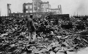 Un homme observe les ruines de la ville d'Hiroshima après l'explosion de la bombe atomique, le 6 août 1945.