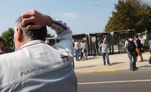 Les salariés de PSA Peugeot-Citroën devant leur usine à Aulay-sous-Bois le 4 septembre 2012.