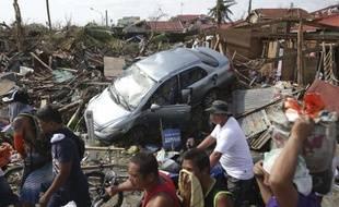 Des survivants après le passage du typhon Haiyan à Tacloban, aux Philippines, le 11 novembre 2013.