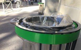 Les nouvelles poubelles, appelées corbeilles, ont un éteignoir à cigarettes.