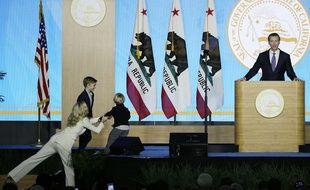 Le fils du gouverneur de Californie s'est invité sur scène pendant le discours d'investiture de son père.