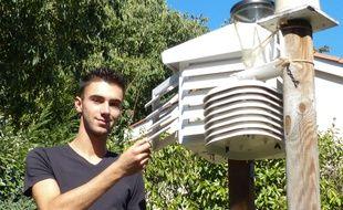Bron, le 30 août 2015. Depuis sa chambre, Romain réalise pendant son temps libre les prévisions météo détaillées pour la métropole de Lyon.