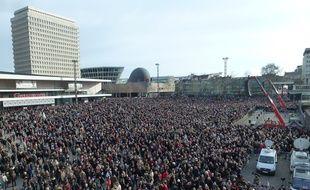 Une heure avant le début de la manifestation, l'esplanade De Gaulle était déjà noire de monde.