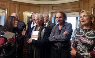 L'écrivain Michel Houellebecq en compagnie de Iréne Frain, Réha Hutin et Gilles Lapouge, le 25 novembre 2014 lors de la remise du prix littéraire 30 Millions d'amis chez Drouant, à Paris.