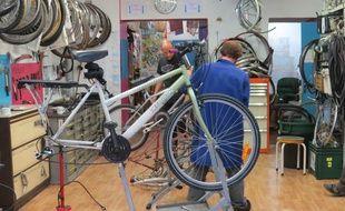 Le 18 novembre 2015, dans l'atelier du collectif Vélos en Ville qui lance une opération de collecte de vélos