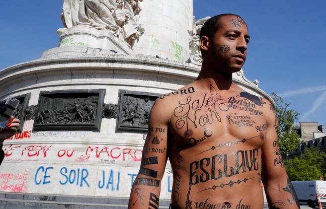 Lundi 24 avril 2017, un mannequin noir, le corps recouvert d'insultes racistes, a déambulé lundi matin place de la République à Paris pour sensibiliser au racisme et dénoncer la «lepénisation des esprits».