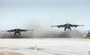 Une photo fournie par le ministère de la Défense russe, montrant des avions Sukhoi Su-25 décollant de la base de Hmeimim, dans la province de Lattaquié, dans le cadre du retrait des troupes russes de Syrie, le 16 mars 2016