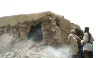 Des islamistes armés ont détruit samedi avec des haches le mausolée d'un saint musulman dans une localité du Nord-Mali, près de trois mois après avoir entamé les premières destructions de ces monuments à Tombouctou qui avaient suscité un tollé international, ont rapporté des témoins.