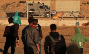 Des Palestiniens font face à des soldats israéliens à la frontière entre Gaza et Israël, le vendredi 20 décembre.
