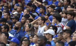 Les supporters de Cruzeiro n'en reviennent pas, leur club est relégué en deuxième division.