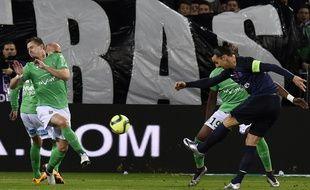 Zlatan Ibrahimovic, l'attaquant du PSG, au pied des banderoles déployées par les supporters de Saint-Etienne, le 31 janvier 2016.