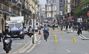Illustration de la piste cyclable rue de Rivoli à Paris.