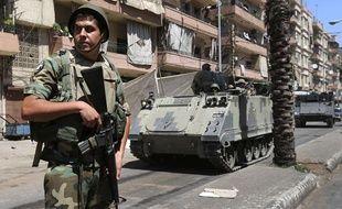 Un soldat libanais patrouille dans les rues de Tripoli, au Liban, le 23 août 2012.