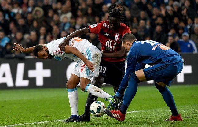 Le défenseur marseillais Rolando à la lutte avec le milieu lillois Lopes, le 17 mars 2017.