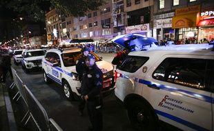 Des policiers new yorkais veillent sur la parade d'Halloween qui s'est tenue à Manhattan quelques heures seulement après l'attentat à la voiture bélier du 31 octobre 2017.