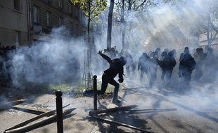 Un manifestant cagoulé lors d'une manifestation du 1er mai 2016 à Paris.