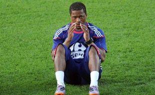 Le capitaine de l'équipe de France, Patrice Evra, en pleine séance d'abdominaux, le 2 juin 2010 à la Réunion.
