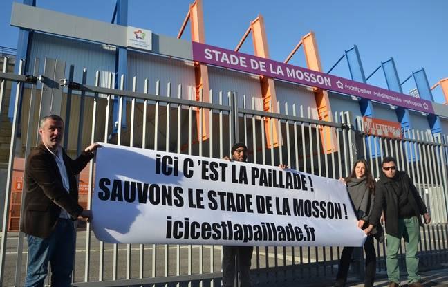 Des militants écologistes brandissent une pancarte pour que le MHSC reste à la Mosson.