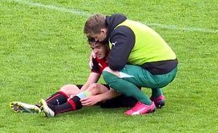 Le gardien remplaçant des U19 rennais, Romain Cagnon, console son milieu défensif Jérémy Gélin, après la défaite en Gambardella.