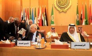 Les Arabes ont accentué la pression mardi sur le régime syrien, avec une demande à l'ONU d'appuyer leur plan sur un départ à terme du président Bachar al-Assad et l'annonce par les pays du Golfe du retrait de leurs observateurs de Syrie.