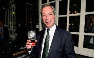Le dirigeant du parti europhobe britannique UKIP, Nigel Farage, buvant une pinte de bière dans un pub de Londres, le 26 mai 2014