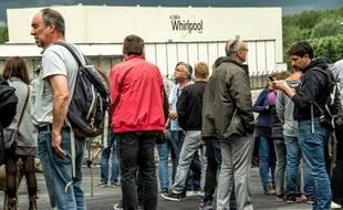 Des employés Whirlpool manifestent devant leur entreprise d'Amiens, le 14 mai 2017.