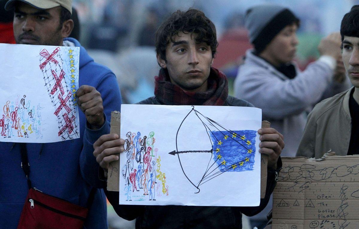 Des migrants brandissent des dessins alors que l'UE et la Turquie sont en négociation  à Bruxelles à propos des migrants, le 18 mars 2016 à la frontière macédo-grecque Idomeni. – Boris Grdanoski/AP/SIPA