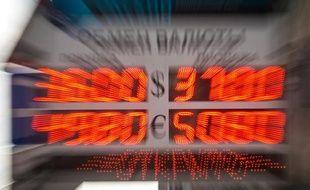 Un tableau affichant des taux de change