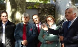 Michel Issert (devant le micro), le maire de Saint-Bauzille-de-Putois, dans l'Hérault, a annoncé vendredi sa démission. Vingt-quatre heures plus tard, son conseil municipal a démissionné à son tour.pour protester contre la décision qu'il juge inéquitable de l'Etat de leur imposer la venue de 87 migrants.