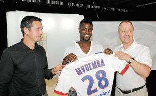 Arnolf Mvuemba entre l'entraîneur Rémi Garde et le conseiller Bernard Lacombe.