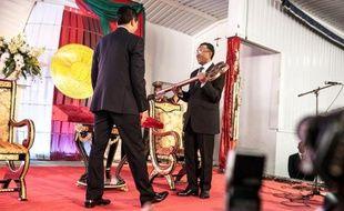 Homme fort de Madagascar depuis son coup de force en 2009, Andry Rajoelina a transmis les symboles du pouvoir vendredi à Hery Rajaonarimampianina, élu le 20 décembre, un pas important pour sortir d'une crise qui a durablement isolé et appauvri le pays.